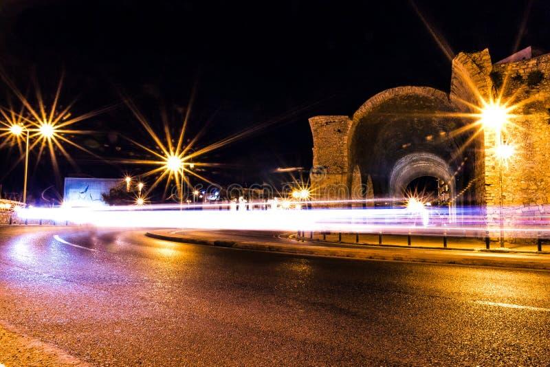 Långa slingor för ljus för exponeringsfotobil på en roterande väg bredvid den gamla heraklion staden fördärvar sikt för låg vinke royaltyfria bilder
