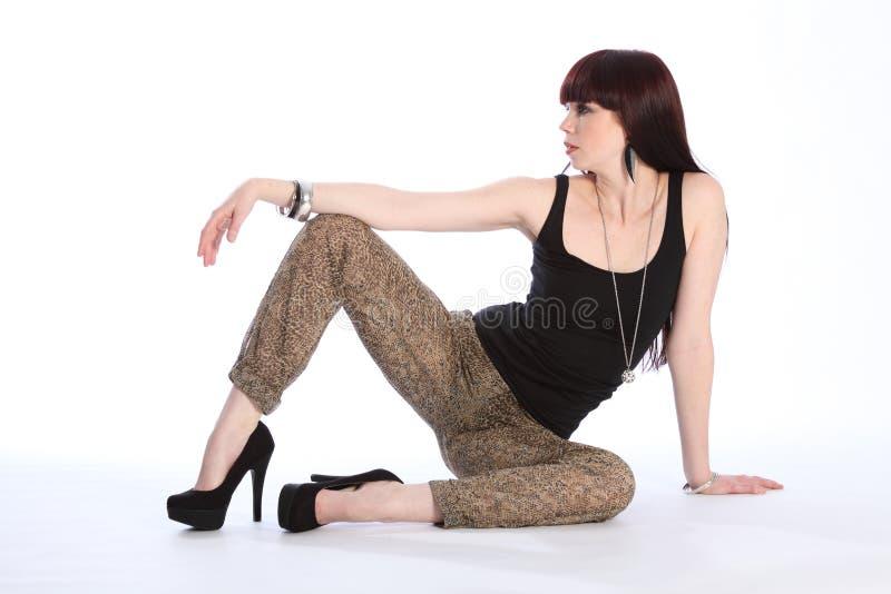 långbent model sexig sitting för modegolv royaltyfria foton
