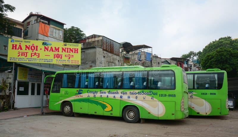 Långdistans- bussar på stationen i den Van Duc staden, Hanoi, Vietnam royaltyfria foton