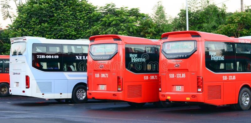 Långdistans- bussar på stationen i Mai Chau, Vietnam arkivfoton