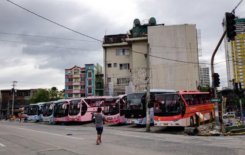 Långdistans- bussar på stationen i Manila, Filippinerna royaltyfri fotografi