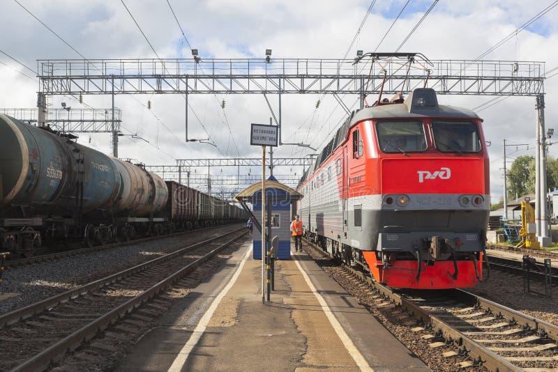 Långdistans- passageraredrev med den elektriska lokomotivet CHS7-276 på plattformen av den järnvägsstationDanilov Yaroslavl regio royaltyfri foto