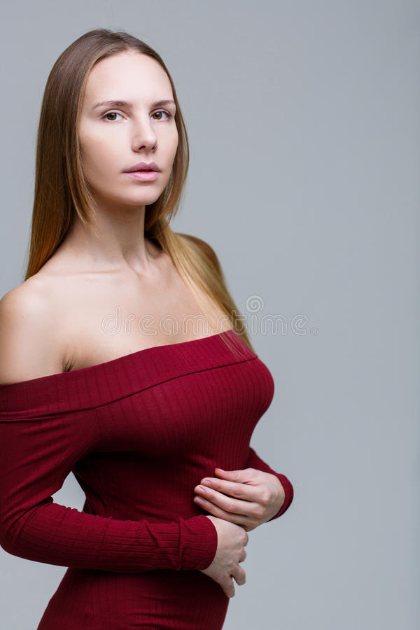Långhårig kvinna i röd klänning fotografering för bildbyråer