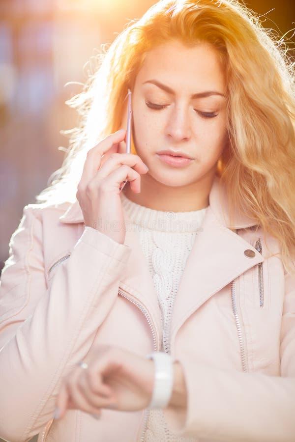 Långhårigt blont samtal på telefonen royaltyfri bild