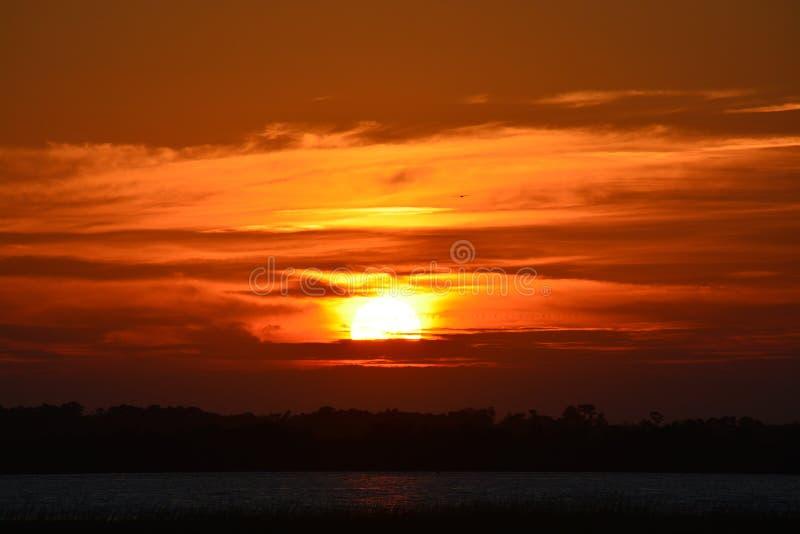 Långsamt anständigt av solen arkivfoton