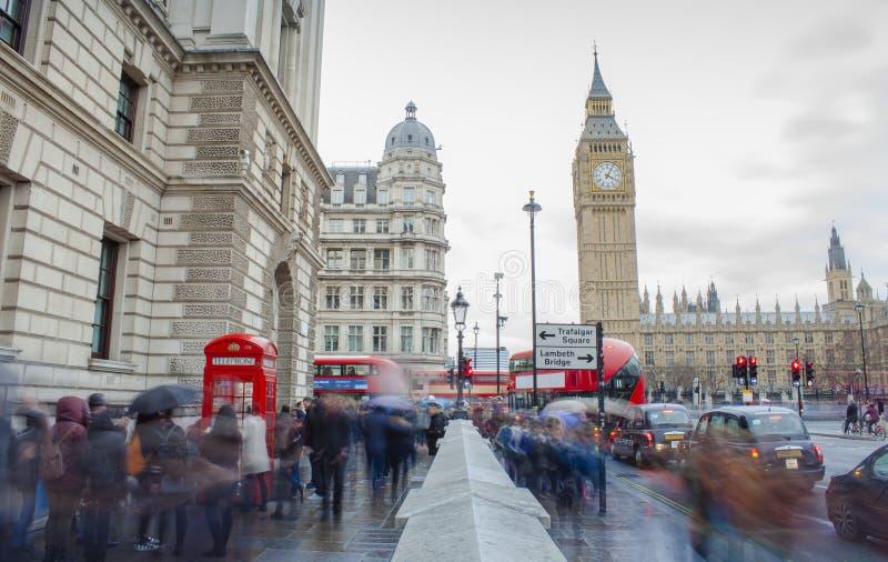 Långt exponeringsfoto av folk i den centrala London staden, Förenade kungariket stora ben arkivbilder