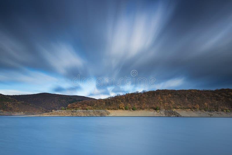 Långt exponeringsfoto av sjön Rursee i Tyskland royaltyfri bild