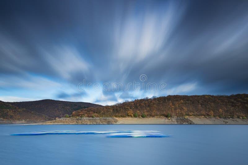 Långt exponeringsfoto av sjön Rursee i Tyskland royaltyfria foton
