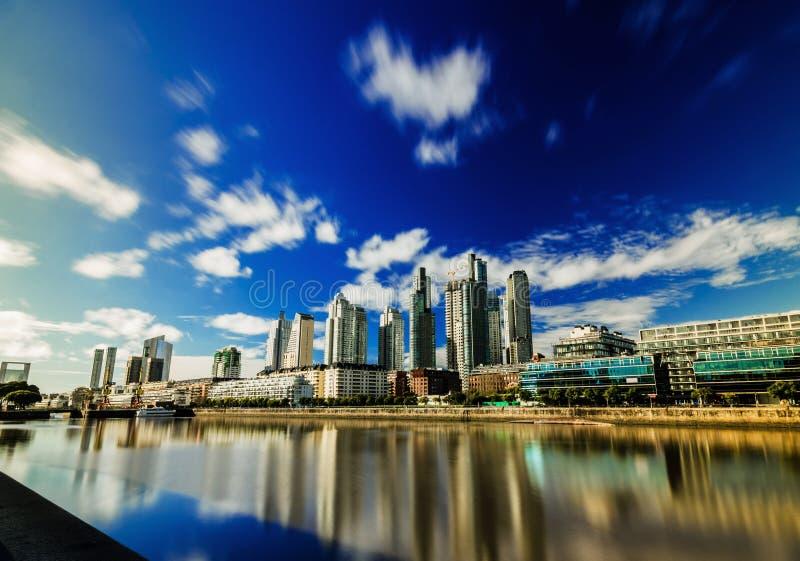 L?ngt exponeringsfoto av skyskrapor i det Puerto Madero omr?det i Buenos Aires royaltyfri foto