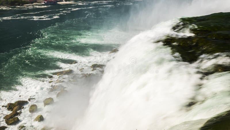 Långt exponeringsfoto - Niagara Falls vattenström royaltyfria bilder