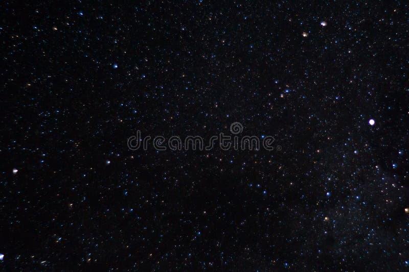 Långt exponeringsnattfoto Många stjärnor med konstellationer Långt från staden arkivbild