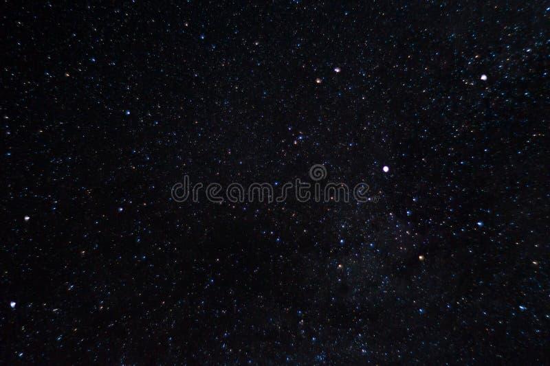 Långt exponeringsnattfoto Många stjärnor med konstellationer Långt från staden royaltyfri foto
