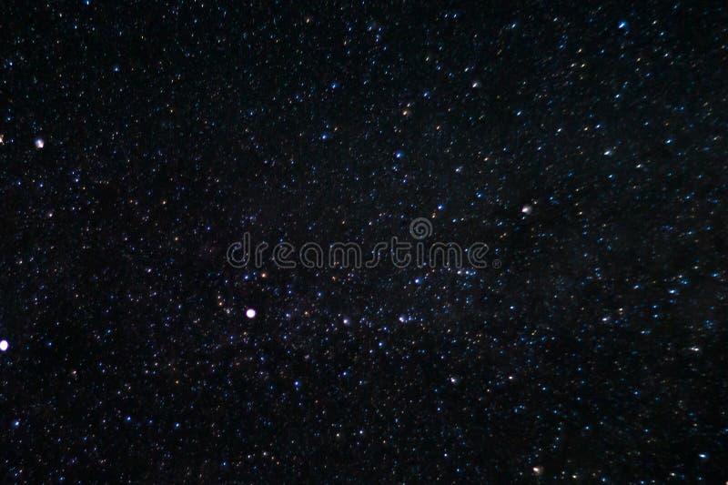 Långt exponeringsnattfoto Många stjärnor med konstellationer Långt från staden arkivfoton