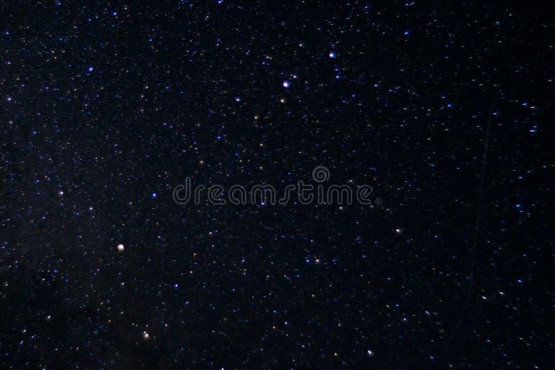 Långt exponeringsnattfoto Många stjärnor med konstellationer Långt från staden arkivbilder