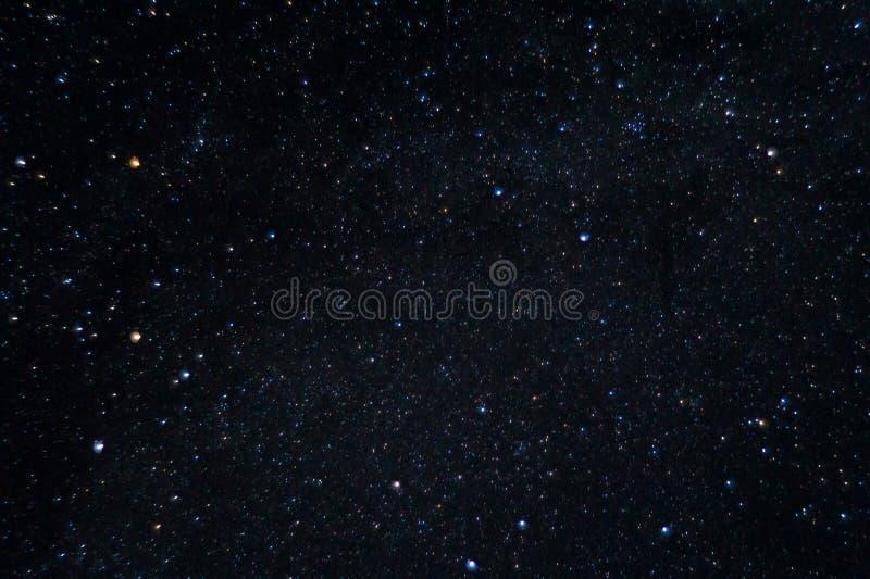 Långt exponeringsnattfoto Många stjärnor med konstellationer Långt från staden royaltyfria foton