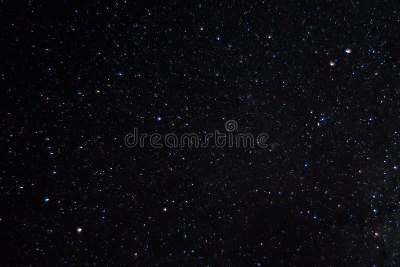 Långt exponeringsnattfoto Många stjärnor med konstellationer Långt från staden arkivfoto