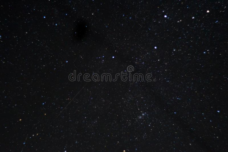 Långt exponeringsnattfoto Många stjärnor med konstellationer Långt från staden fotografering för bildbyråer