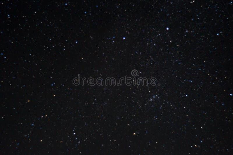 Långt exponeringsnattfoto Många stjärnor med konstellationer Långt från staden royaltyfria bilder