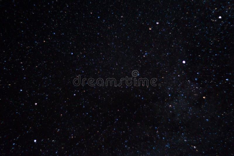 Långt exponeringsnattfoto Många stjärnor med konstellationer Långt från staden royaltyfri fotografi