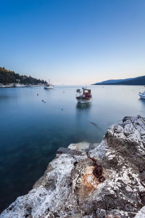 Långt exponeringsskott av den kroatiska fjärden i den Labin staden som tas på gryning på den blåa timmen royaltyfri fotografi
