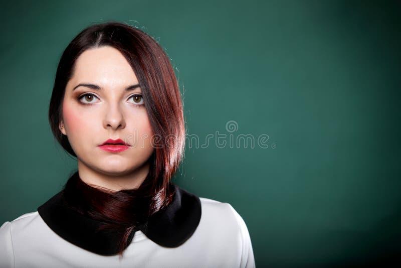 Långt hår för kvinnastående runt om hennes hals royaltyfria bilder