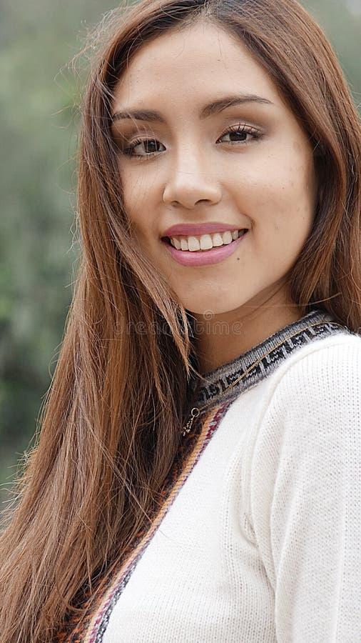 Långt hår för nätt latinamerikansk kvinna arkivfoton