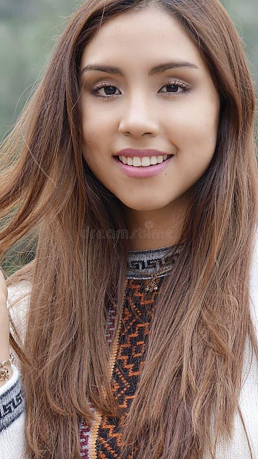 Långt hår för ung kvinna arkivfoto