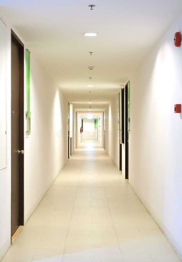 Långt hall i andelslägenhet arkivfoto