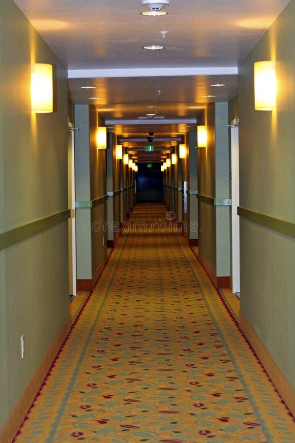 långt korridorhall royaltyfri bild