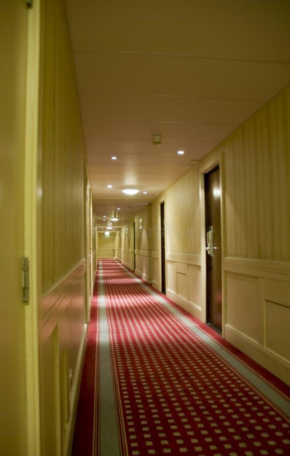 långt korridorhotell arkivbild