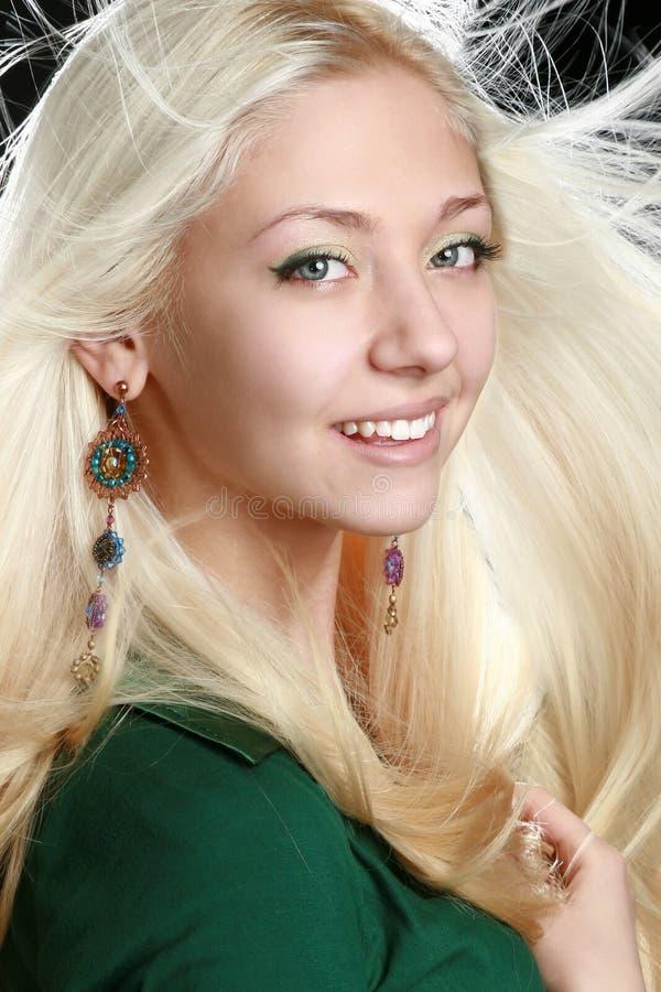 långt kvinnabarn för blont hår arkivbild