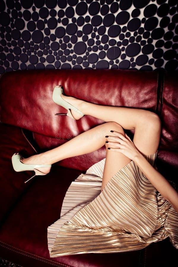 Långt kvinnligt lägger benen på ryggen royaltyfri bild