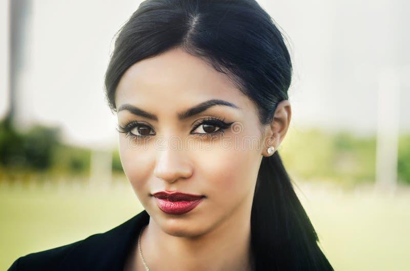 Långt mörkt hår för härlig kvinna fotografering för bildbyråer