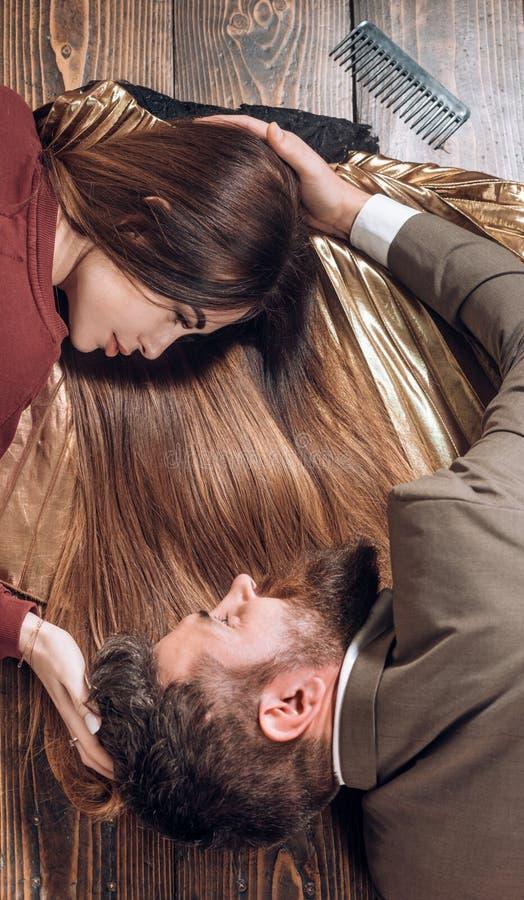 långt omsorgshår Stilfull frans frisör skönhetsalong Långt hår för modepar royaltyfria bilder