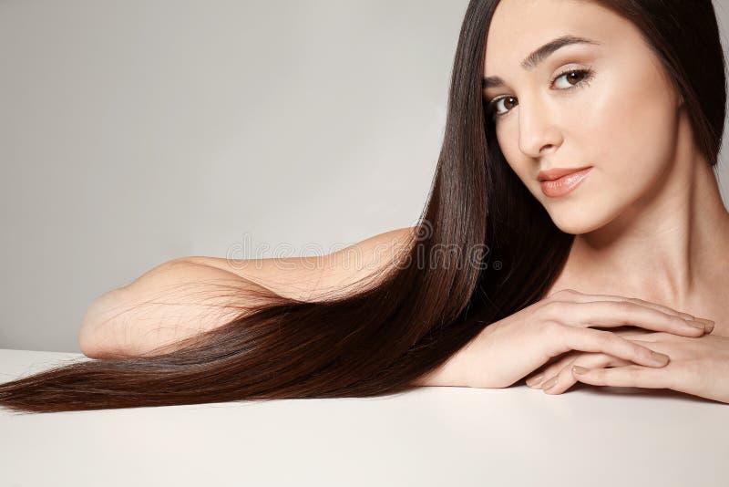 långt rakt kvinnabarn för härligt hår royaltyfri foto