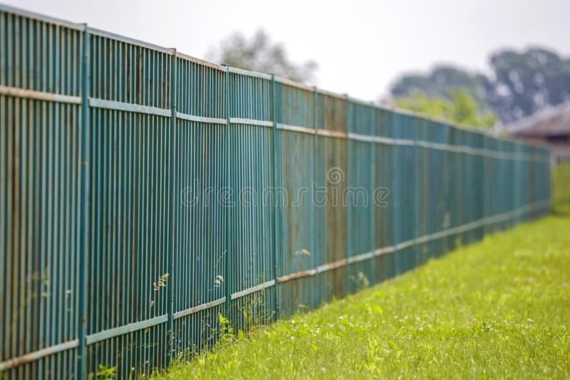 Långt rostigt gammalt metalliskt staket fotografering för bildbyråer