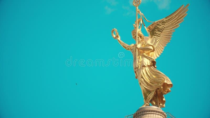 Långt skott av den guld- statyn uppe på berömda Berlin Victory Column, Tyskland arkivbild