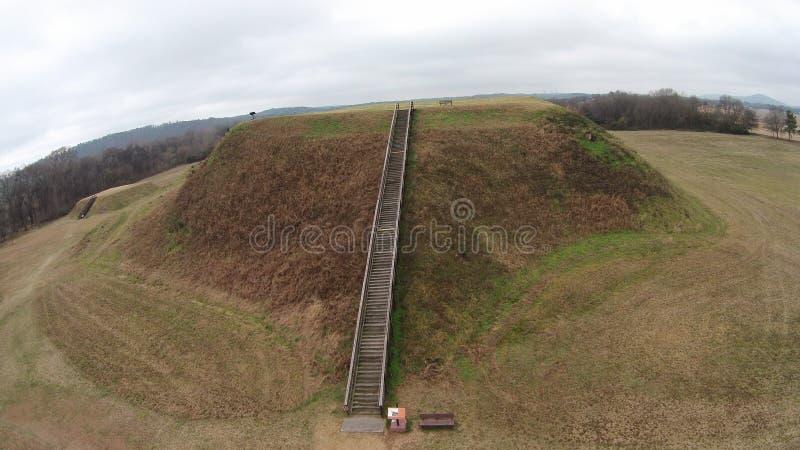 Långt skott av kulle B av den historiska platsen Etowah för indiska kullar royaltyfri bild