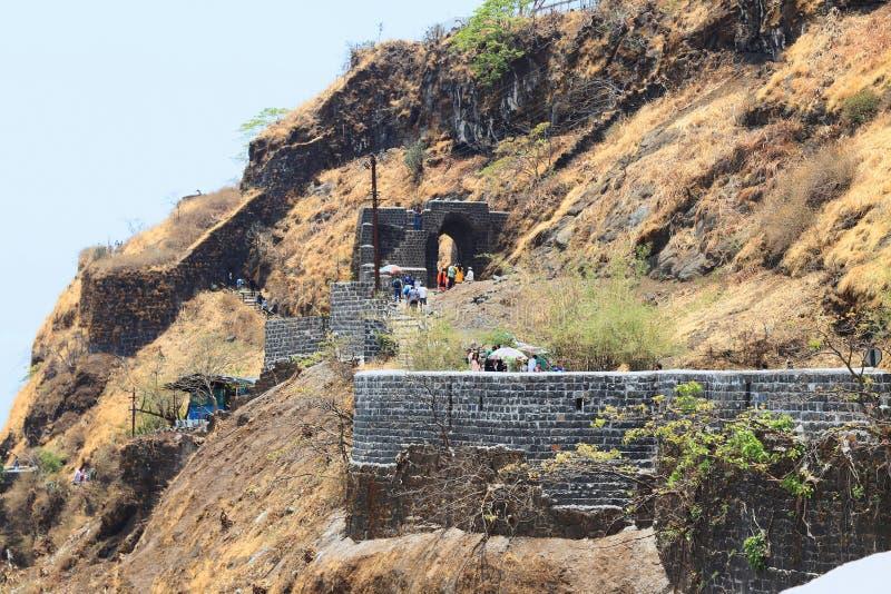 Långt skott av Pune Darwaza, Sinhagad fort, Pune arkivbilder
