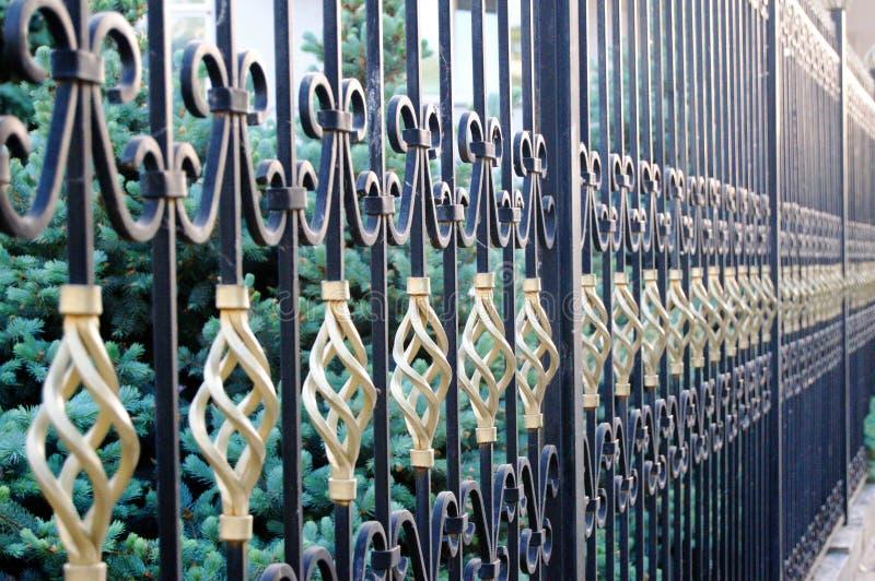 Långt staket från falsk metall royaltyfri fotografi