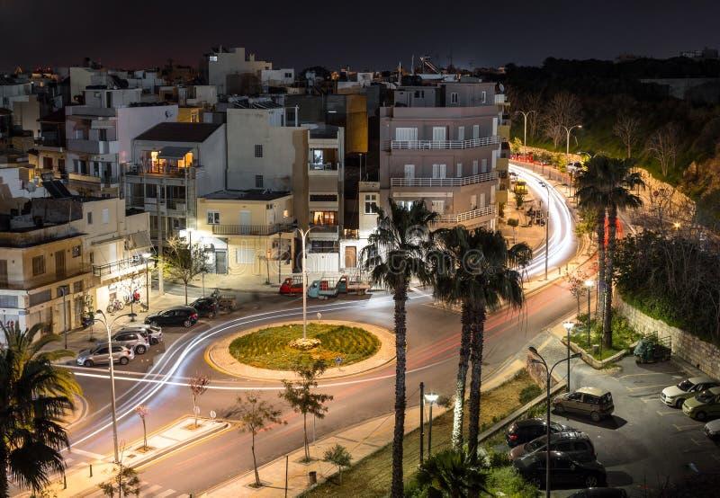 Långt vara spökskrivare för ljus för bil för sikt för exponeringsgatanatt royaltyfria bilder