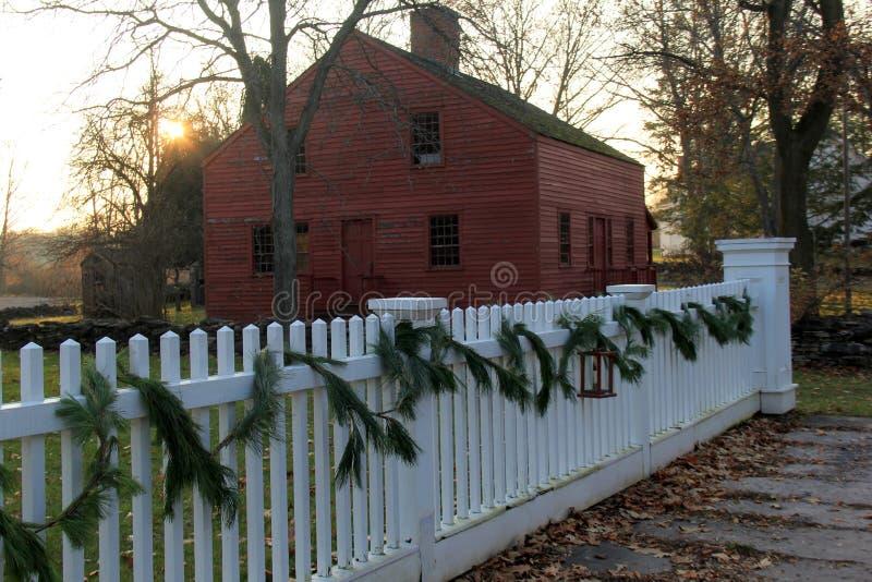 Långt vitt posteringstaket med trädlövruskor för garnering, den Genesee landsbyn & museet, Rochester, New York, 2017 royaltyfri foto