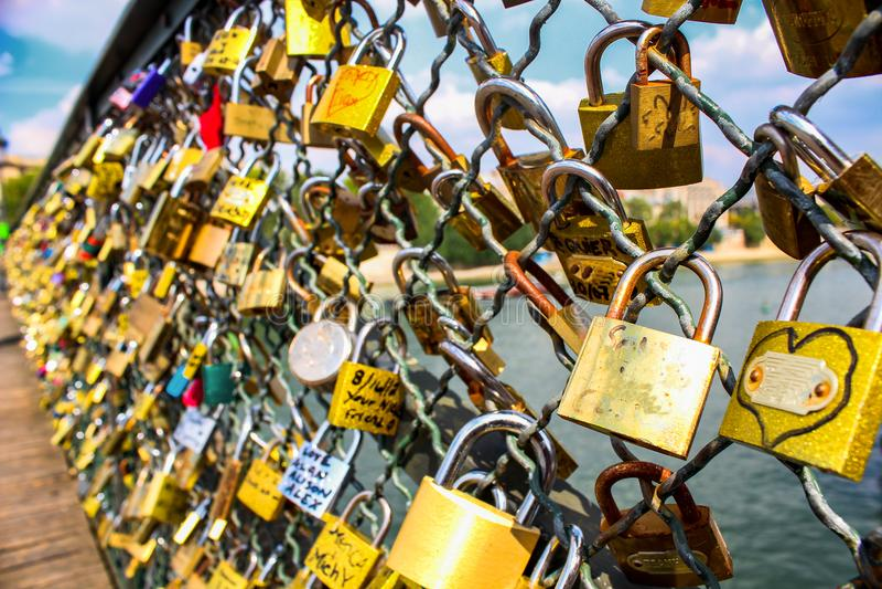 Lås av förälskelse på bron i Paris begrepp av förälskelse och faithfulne royaltyfri bild
