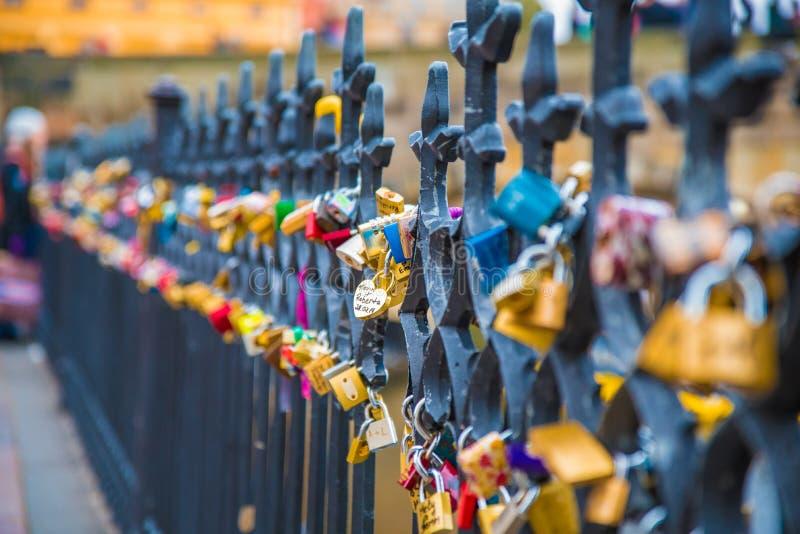 Lås av förälskelse på Charles Bridge i Prague royaltyfri fotografi