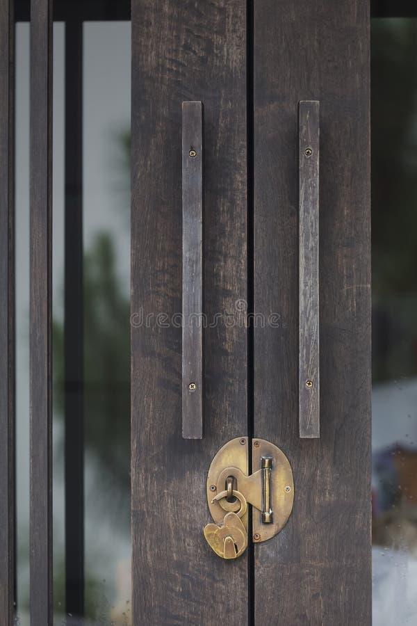 Lås den wood dörren upp arkivfoton