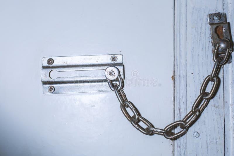 Lås för säkerhetskedja på dörr royaltyfri bild