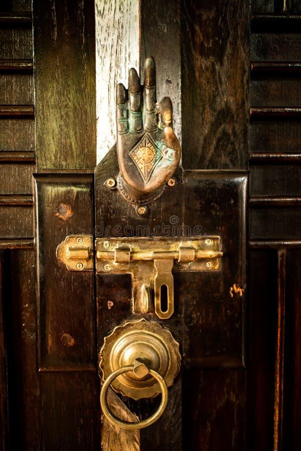 Lås och handtag för dörr för metall för thailändsk tappning för gammal stil retro royaltyfri fotografi