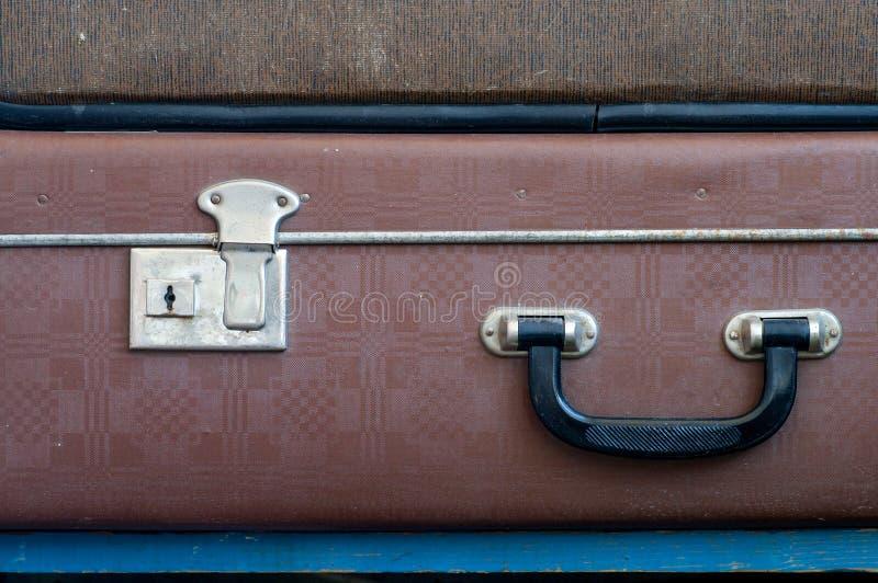 Lås och handtag på den gamla resväskan close upp royaltyfria bilder