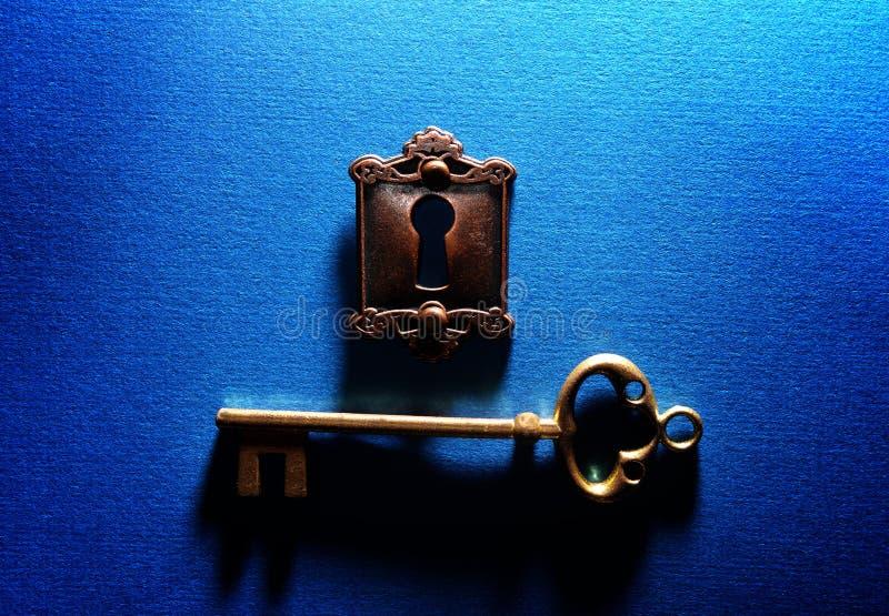 Lås och tangent på blått royaltyfri fotografi
