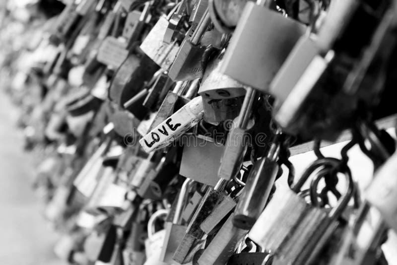 Lås på bron i Paris arkivfoton